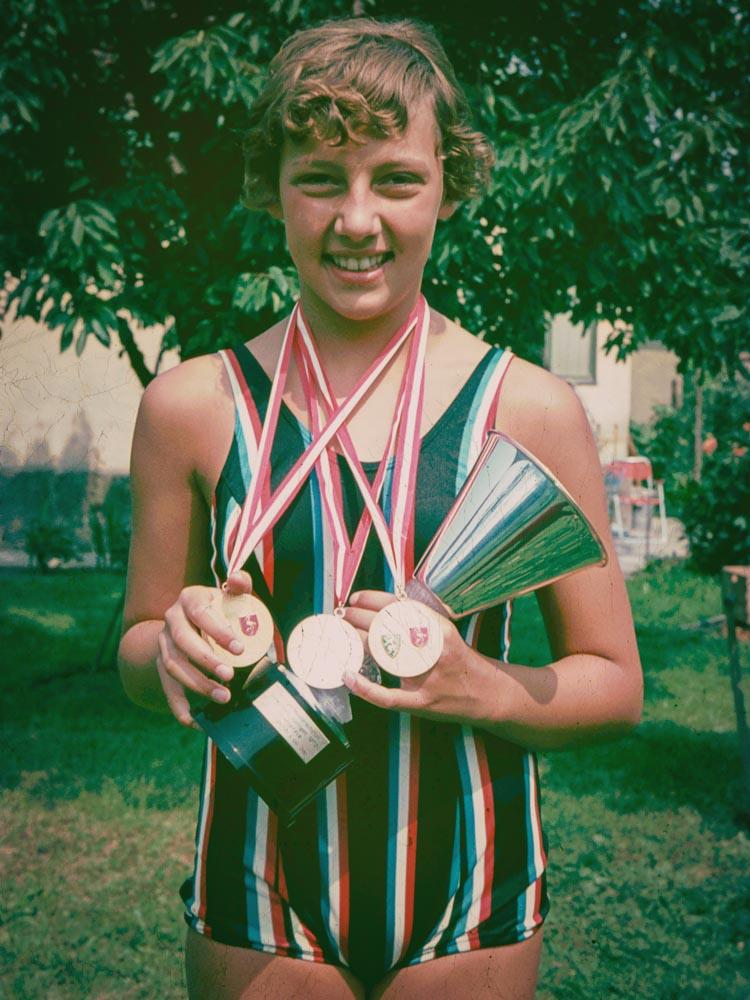 Im Foto zu sehen ist Andrea Steiner bei ihren ersten österreichischen Staatsmeisterschaften im Alter von 12 Jahren. Damals hat Sie Gold über 200m Rücken und in der Staffel, sowie Silber über 100m Rücken geholt.
