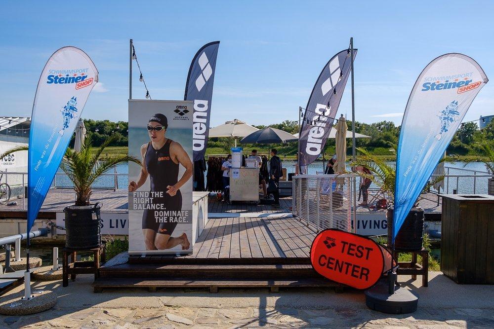 Beim Neopren-Testschwimmen können Sie Neoprenanzüge verschiedener Marken im Wasser testen.