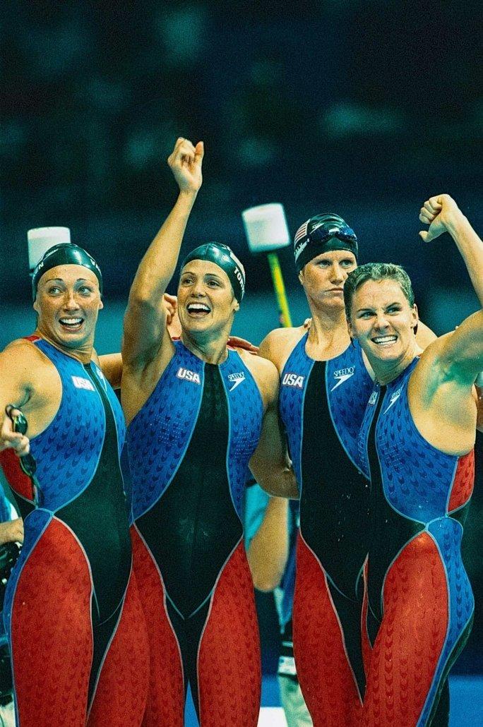 Goldmedaille für die Staffel über 4x100m bei den olympischen Sommerspielen 2000 in Sydney. Von links nach rechts: Amy Van Dyken, Dara Torres, Courtney Shealy, Jenny Thompson, jeweils mit Schwimmanzug von Speedo