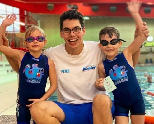 In unseren Kinderschwimmkursen bekommen Kinder einen stylischen Neoprenanzug für die Dauer des Schwimmkurses kostenlos zur Verfügung gestellt.