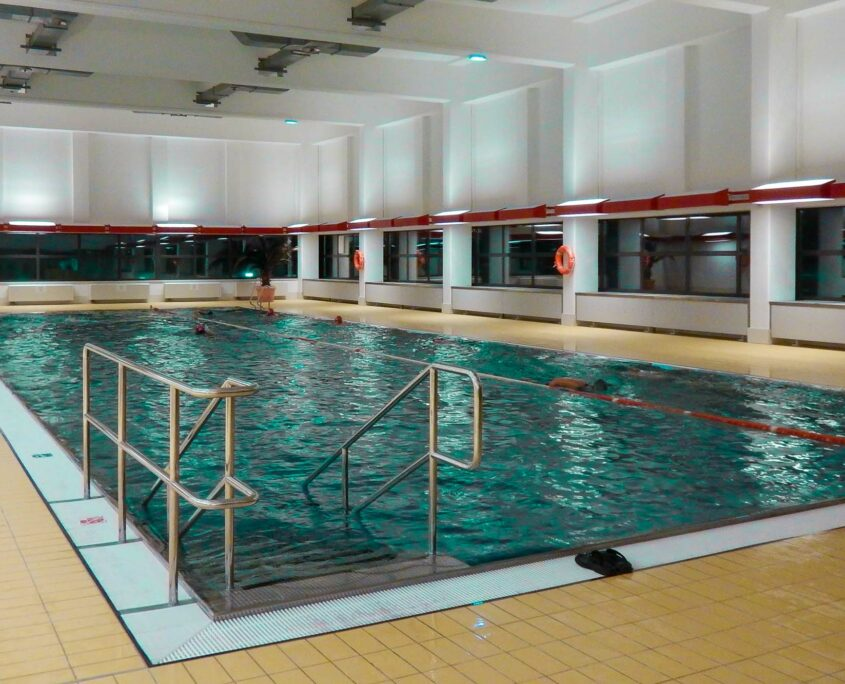 The modern private pool in the Stadt des Kindes is very suitable for many of our swimming courses