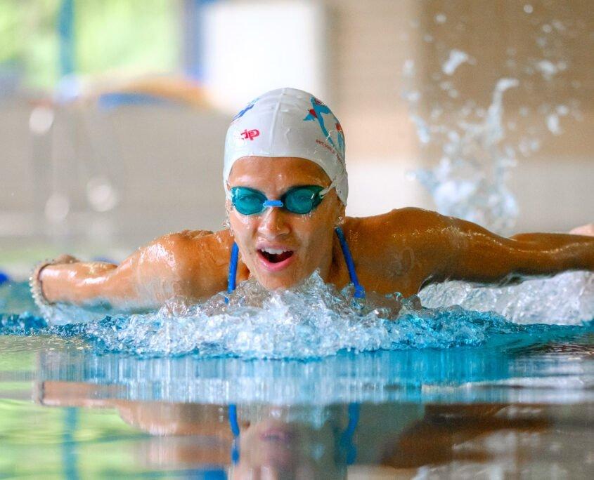 Wir bieten Delfin-Schwimmkurse im Wiener Stadthallenbad an