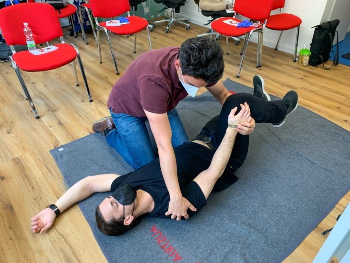We want our swimming instructor team to be well prepared for the upcoming bath opening after the long pandemic-related swimming break. For this reason, a two-day first aid course with special attention to swimming pool accidents took place in our new swimming school premises.