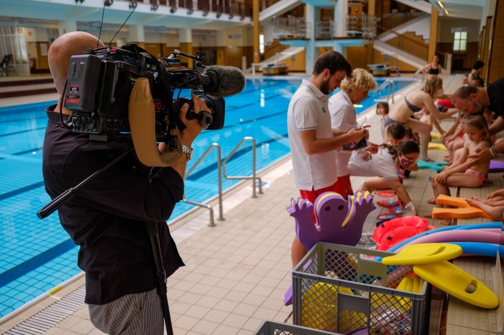 Der ORF begleitet einen Schwimmkurs der Schwimmschule Steiner im Wiener Amalienbad