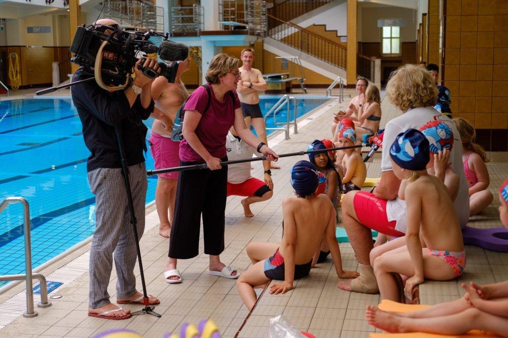 Kinder im Schwimmkurs der Schwimmschule Steiner werden vom ORF interviewt