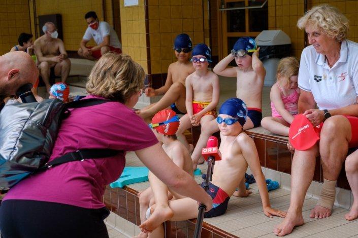 Kinder beim Schwimmunterricht der Schwimmschule Steiner werden vom ORF interviewt