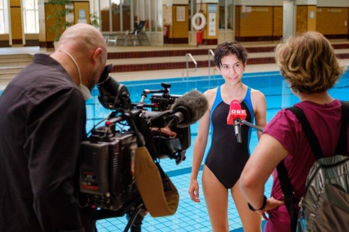 Junges Mädchen im Schwimmkurs der Schwimmschule Steiner wird vom ORF interviewt