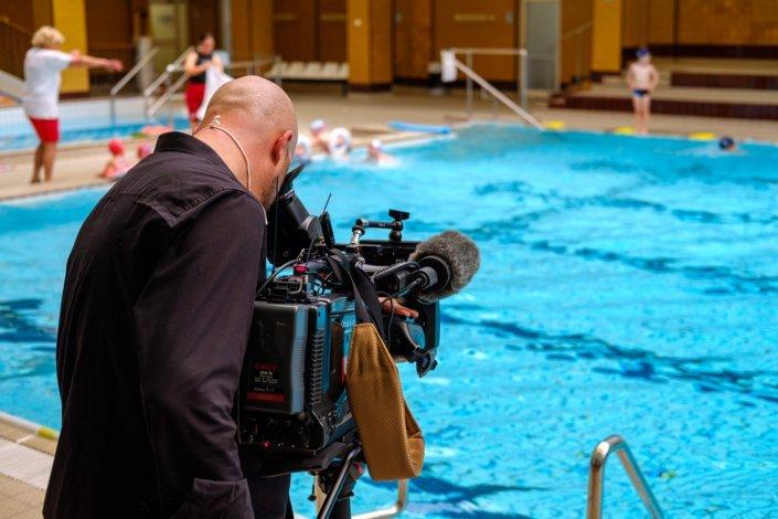 Der ORF filmt den Schwimmunterricht der Schwimmschule Steiner im Wiener Amalienbad