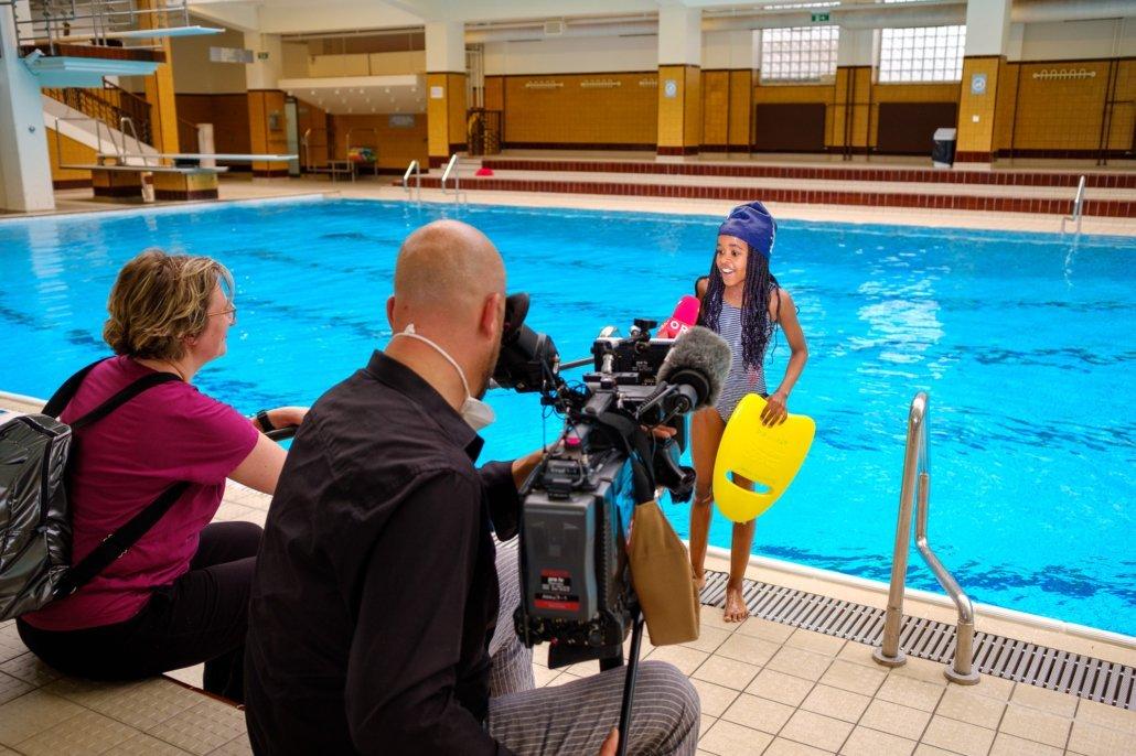 Kind bei Schwimmkurs der Schwimmschule Steiner im Interview mit dem ORF